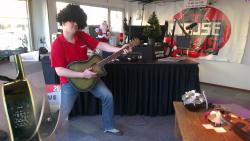 Ronny Woodhouse veilt zijn gitaar voor 't goede doel