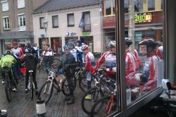 Veel mountainbikers voor het huus